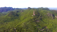 Vliegen over telecommunicatie toren, toren, op de groene berg, luchtfoto uitzenden