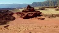 Volare verso rocce su terreno accidentato
