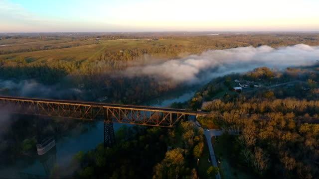 Nebligen Sonnenaufgang über Brücke