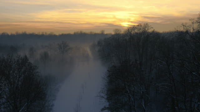 Luchtfoto mistige winterse scène bij zonsondergang