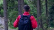 Folgenden Wanderer im Wald