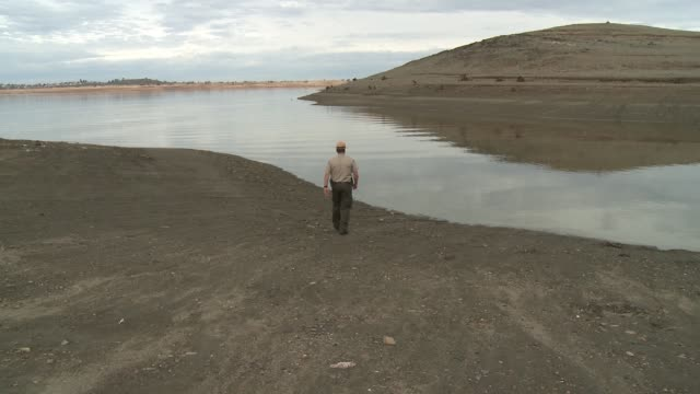 Folsom Lake empties amid long dry spell leaving lake bed exposed and docks grounded / Water supplies dwindle without rain or snowmelt