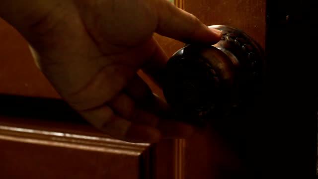 Aufnahmen von Menschen Hand öffnen und verriegeln die Tür