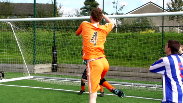 Fußball, Fußballspieler Ergebnisse Leitung Ziel in sich (Zeitlupe)