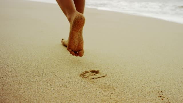 Orme nella sabbia morbida
