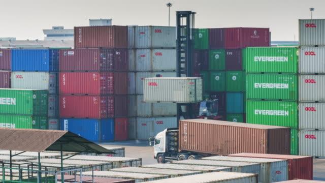 Vorkheftruck tijdens de bewerking van bewegende lading container