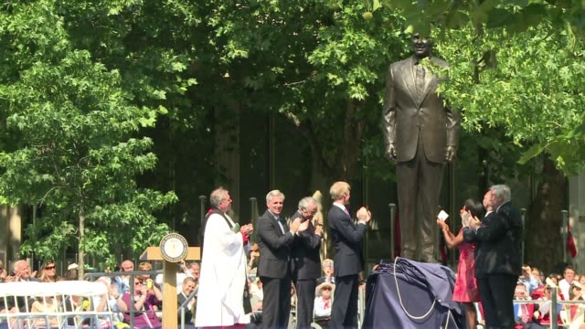 Former British prime minister Margaret Thatcher paid tribute to Ronald Reagan on Monday as a statue of the late US president was unveiled in London...