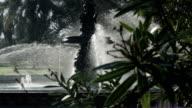 Fontein sprying water in het park.