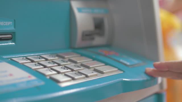 Vier Clips in einem Clip einfügen eine EC-Karte