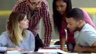 MS vier Studenten, die einen Tablet PC