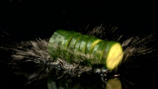 Vier video's van dalende komkommer in echte Slowmotion