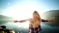 Libertà-donna braccia tese dal lago