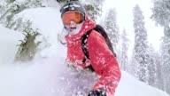 Freestyle-Snowboarder Wald bergab im Schnee Skifahren