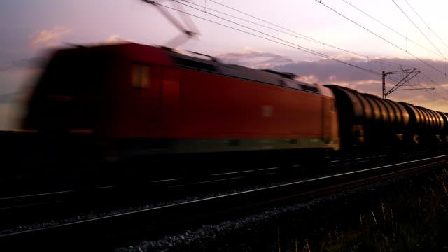 T/L-PAN Güterzug vorbei an bei Sonnenuntergang
