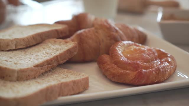 Frischem Brot und Croissants.