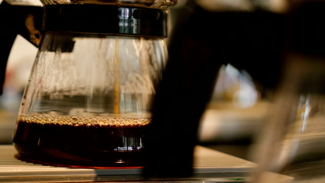 Verse koffie druipen in pot