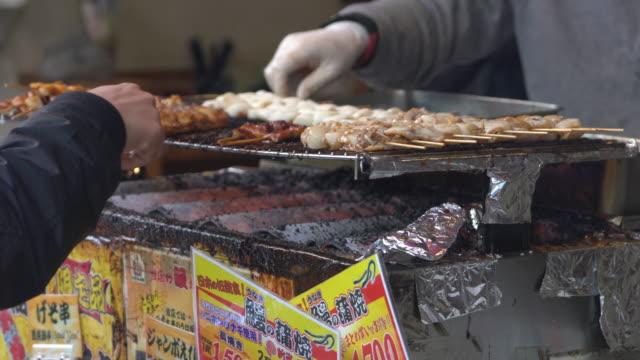 Frischer Fisch verarbeitende am Tsukiji-Fischmarkt