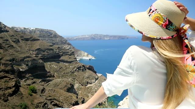Frische windigen Tag & Frau in Santorini