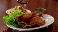 Pesce fritto ricoperto con una deliziosa salsa.