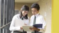 Vänliga student att hjälpa sin klasskamrat och förklara en läxa