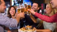 Vrienden in de bar maken een toast
