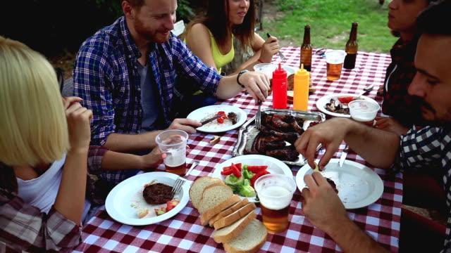 Vrienden camping en hebben een barbecue in het bos