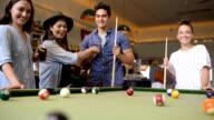 Amici godendo di gioco in un Bar piscina