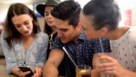 Freunden entspannen Sie sich im der Bar