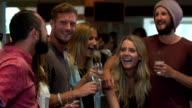 Amici avendo un drink in un bar