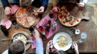 Freunde haben Mittagessen in der Pizzeria und rösten, mit Wein