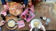 Freunde haben Mittagessen in der Pizzeria