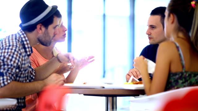 Freunden zu Mittag essen.