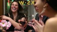 Freunde lachen zusammen im Restaurant
