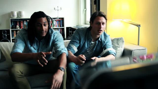 Freunde auf sofa spielen Spiele-Konsole und Feiern