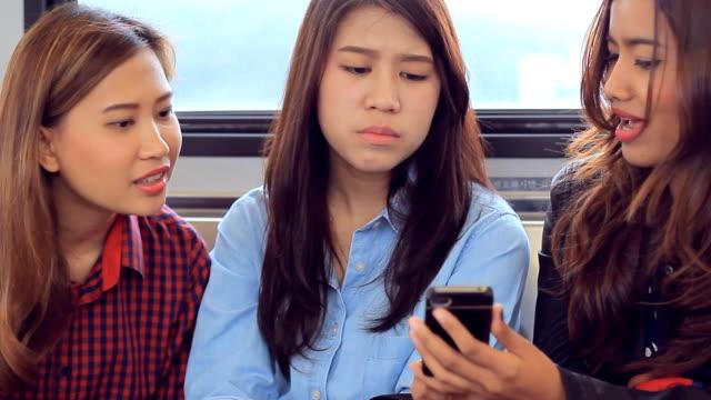 Freunde spielen tablet PC auf den Zug