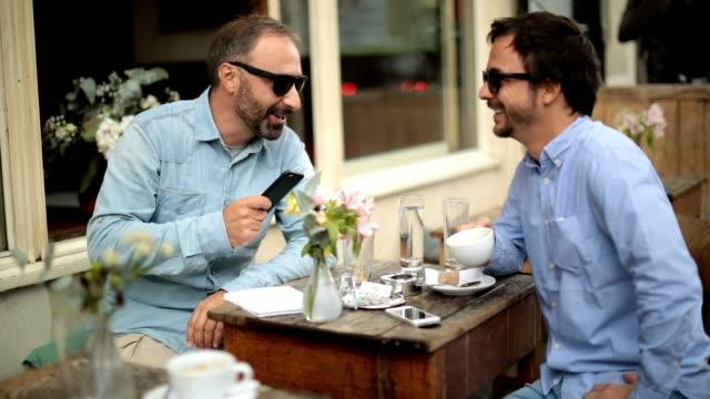 Vrienden ontspannen in sidewalk café