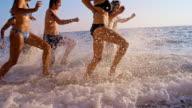 SLO MO Freunde Laufen am Strand