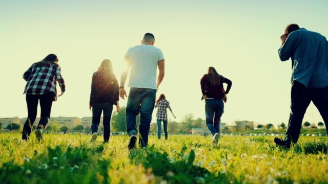 Freunde laufen zusammen