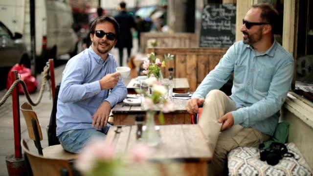 Vrienden zitten in Cafe
