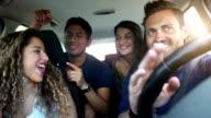 Freunde Sitzen im Auto bereit für den Urlaub
