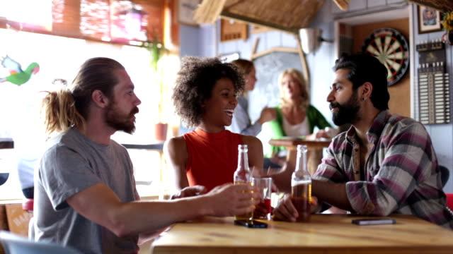 Amici parlando in un Bar