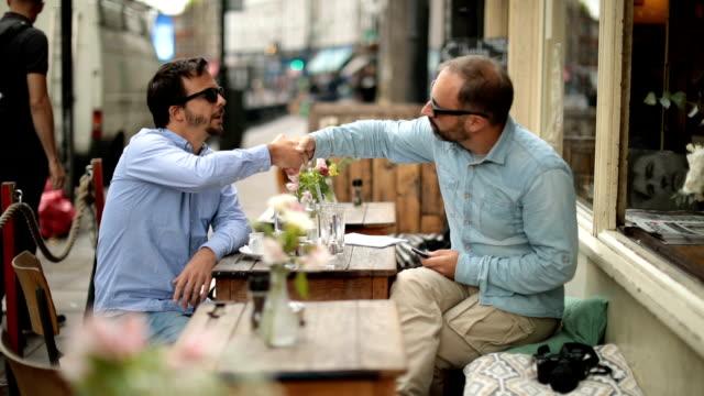 Vrienden praten in café