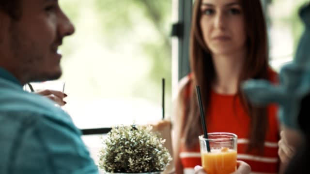 Vrienden met dranken in café roosteren