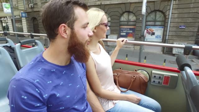 Freunde, die mit dem Tourbus Reisen