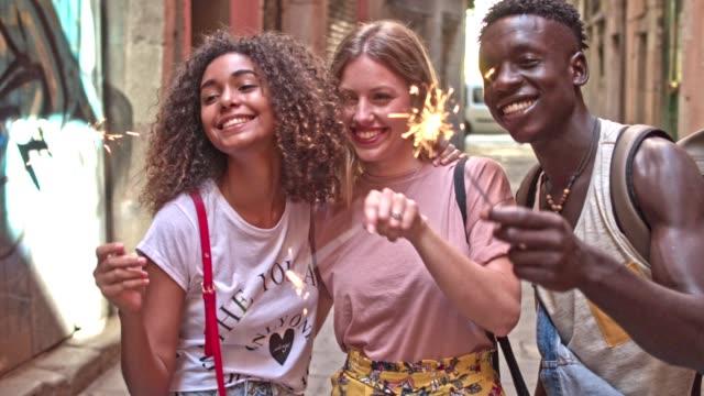 Vänner med tomtebloss på gatan