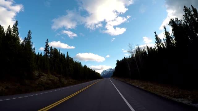 POV uit auto als het duiken langs de bergweg