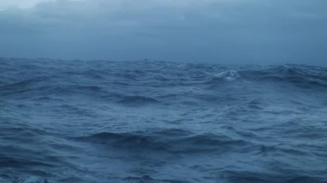 Aus dem Bullauge Fenster eines Schiffes in rauer See