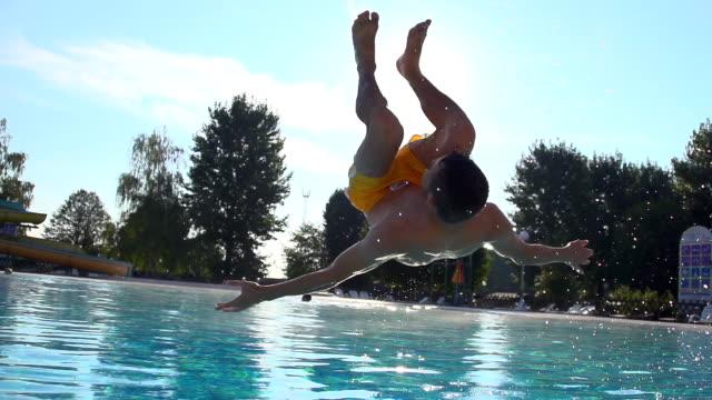HD SUPER SLOW-MOTION: Anteriore In piscina Flip