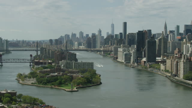 Full shot of the Lighthouse Park on the Roosevelt Island with the Queensboro Bridge and Manhattan buildings in the background