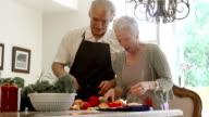 Zeitlupe-lustigen ältere die Zubereitung von Speisen in der Küche.